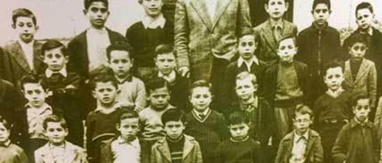 El maestro Ceferino, con sus alumnos, en las Escuelas Graduadas.