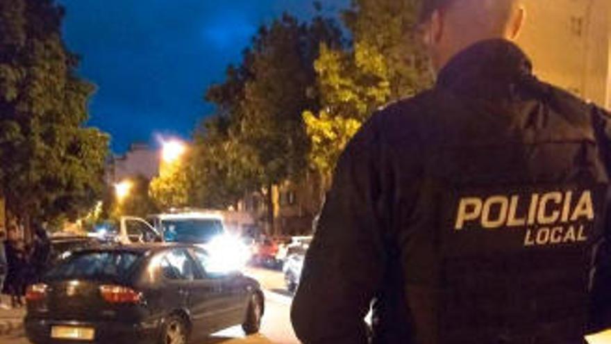 Sorprenden a una mujer en Palma que dejó a su hijo de madrugada en el coche para irse de copas
