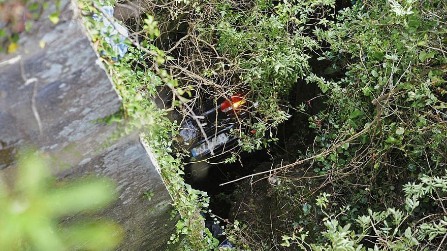 Un joven cae con su coche por el puente viejo de Taboada y sale por su propio pie