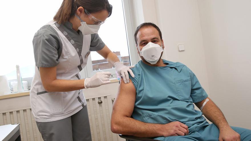 Una vacuna sujeta a retraso y picaresca