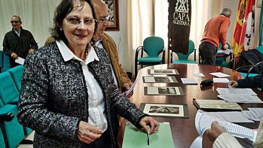 La modista Rafaela Fernández, socia de Apeca, vota al galardonado con la Capa de Honor 2019.