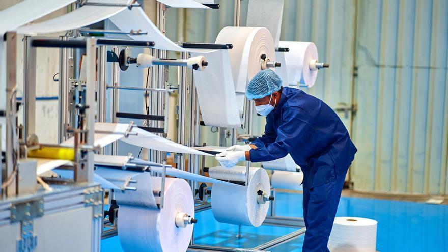 La producción industrial modera su subida histórica al 28,2% en mayo