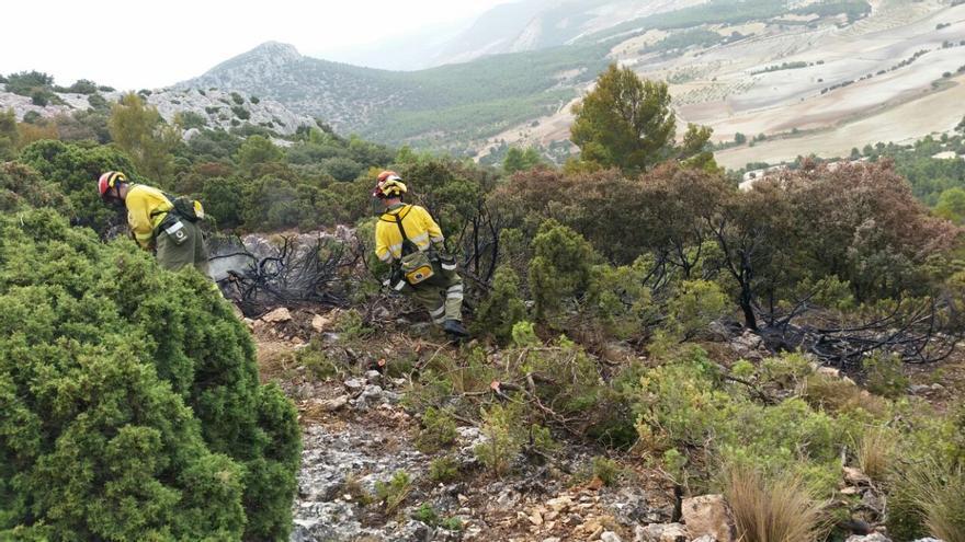 La caída de un rayo provoca un incendio forestal en Lorca