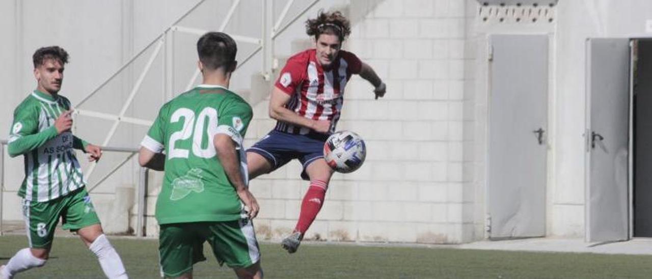 Un lance del choque de la primera vuelta contra el Somozas. |  // GONZALO NÚÑEZ