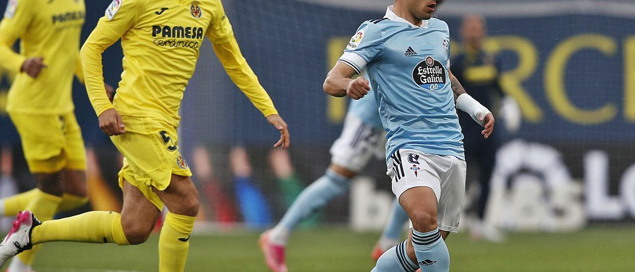 Fran Beltrán controla el balón ante Parejo, ayer, en el partido disputado en el Estadio de La Cerámica. // LOF