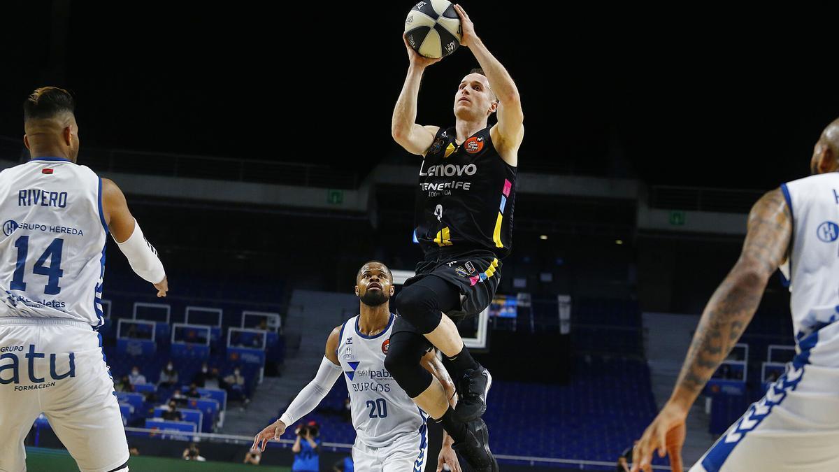 Huertas lanza a canasta en una acción del partido de cuartos contra el Burgos.