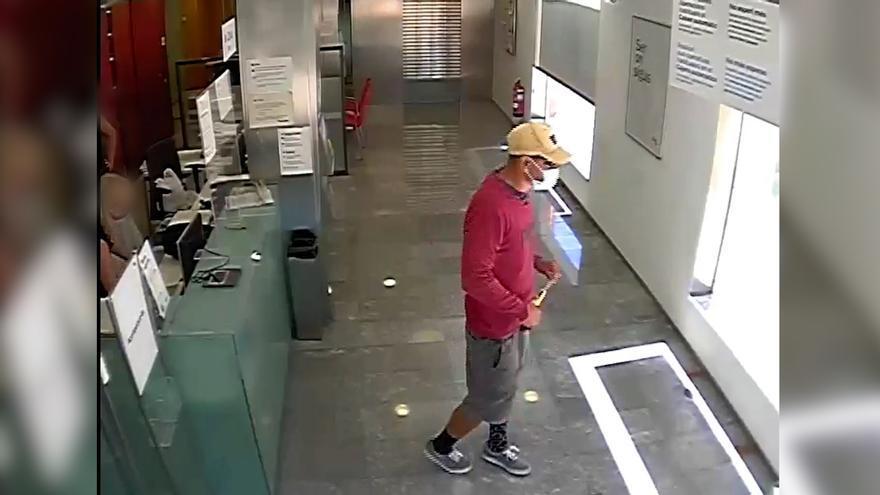 Detingut un home per atracar bancs amb una serreta
