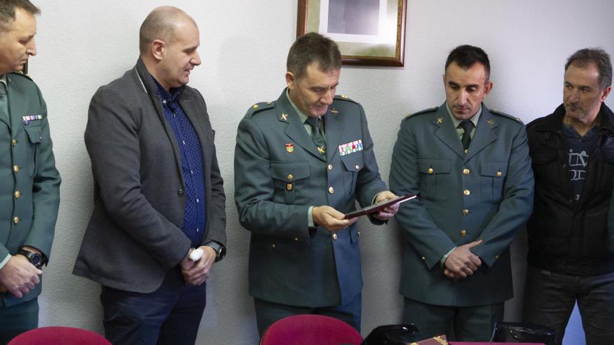 Roales muestra su agradecimiento a la Guardia Civil