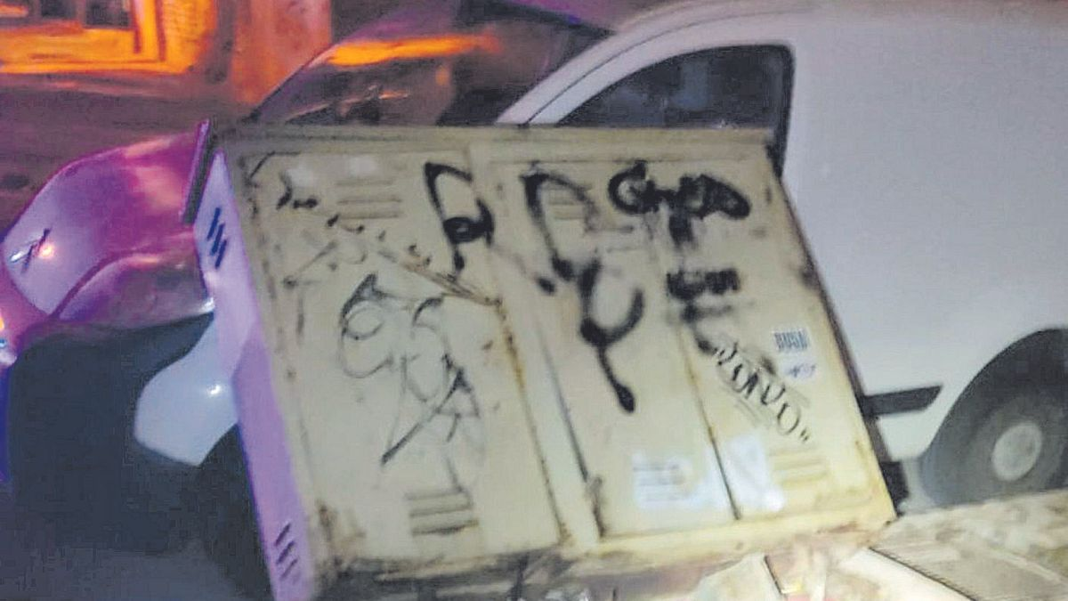 Desperfectos provocados por los detenidos en distintos coches aparcados.