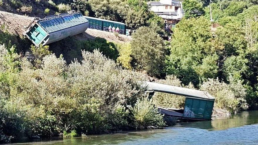 Adif abre una investigación tras tirar dos vagones de un tren descarrilado al río Sil