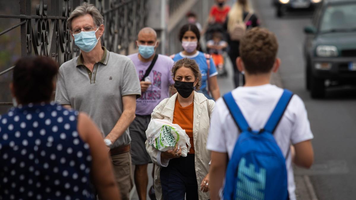 Varios ciudadanos pasean con mascarilla por el centro de Santa Cruz de Tenerife.