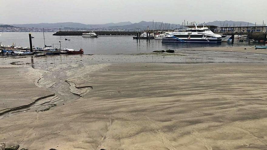 La gran retirada del agua por las mareas vivas, en el centro de Cangas