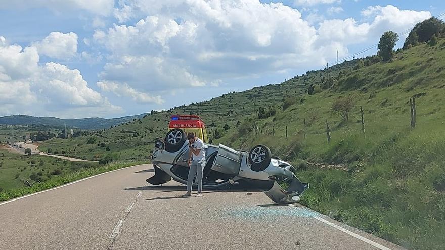 Aparatoso accidente entre un coche y un camión en la N-232 de Morella