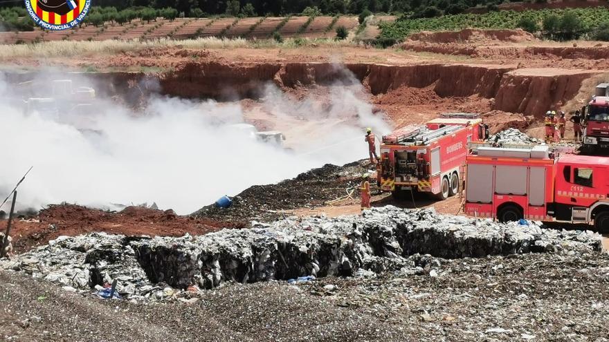 Los bomberos sofocan un incendio en la planta de reciclaje de Caudete de las Fuentes