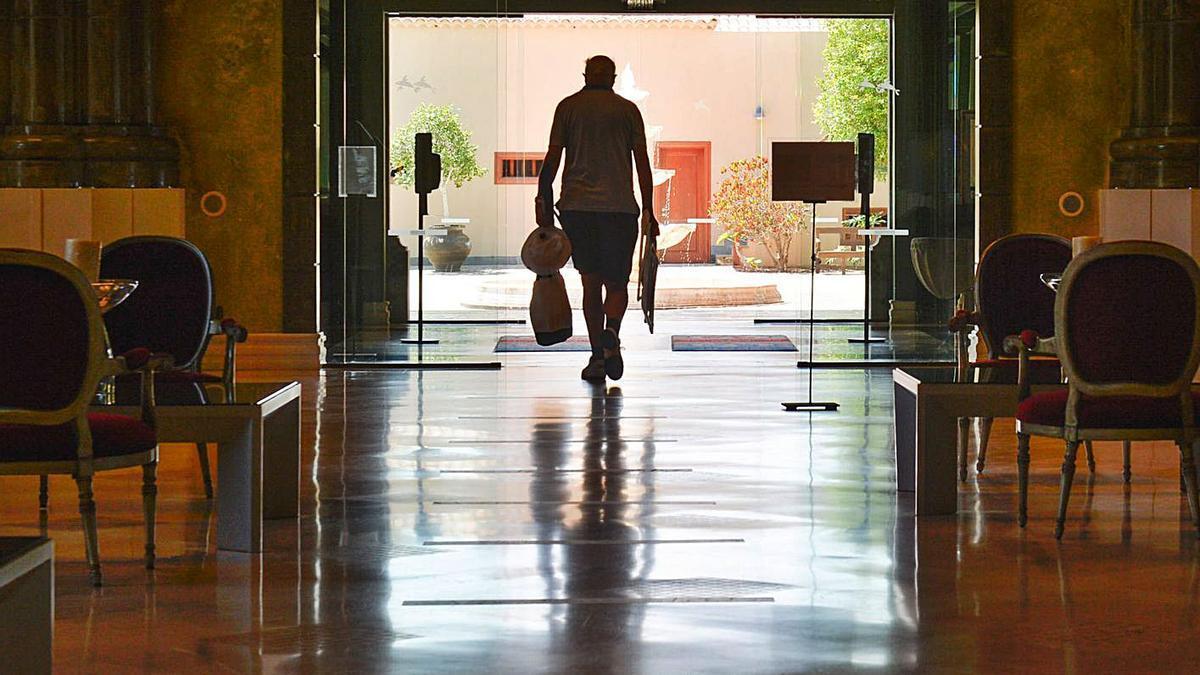 Un turista sale de un hotel del sur de Gran Canaria.