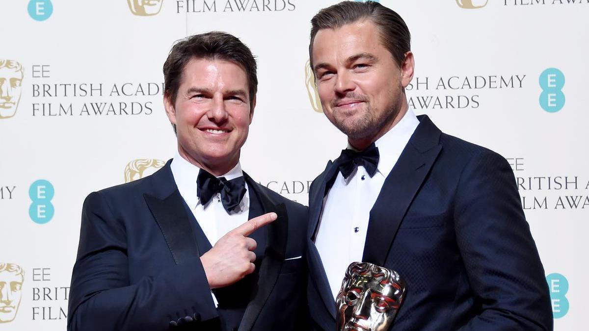 Leonardo DiCaprio posa con Tom Cruise en la sala de prensa tras ganar el premio al mejor actor por 'El renacido' durante la 69ª edición de los premios Bafta.