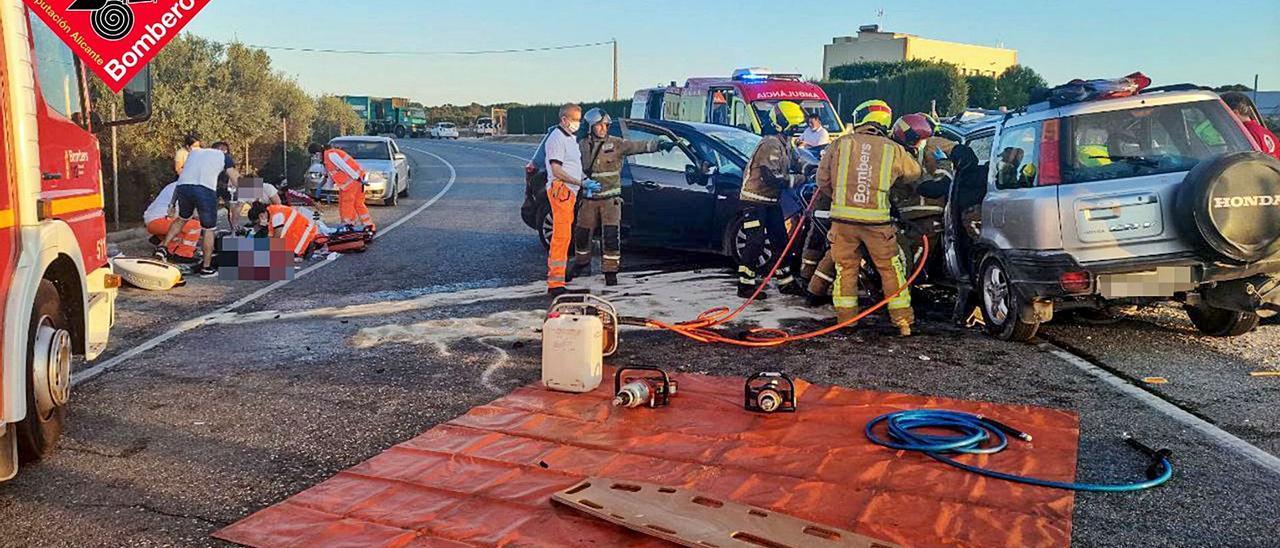 Bomberos y sanitarios en la colisión frontal ocurrida en Elche donde seis personas resultaron heridas.