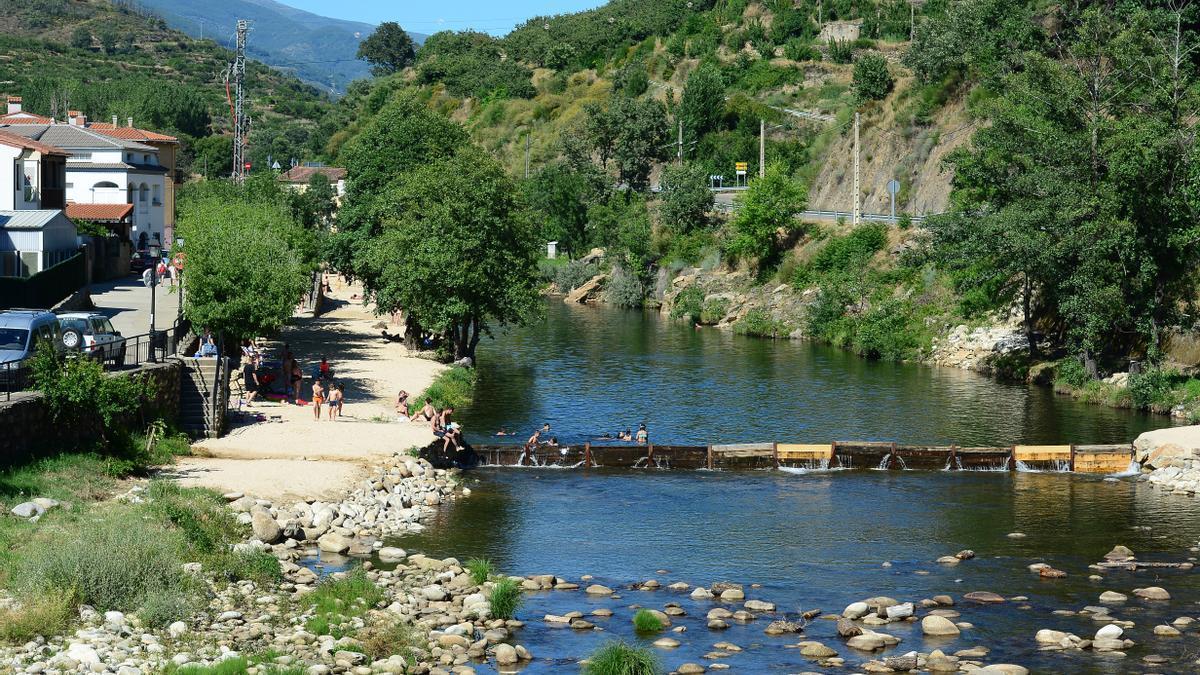 Ambiente en una piscina natural de Extremadura, este verano.