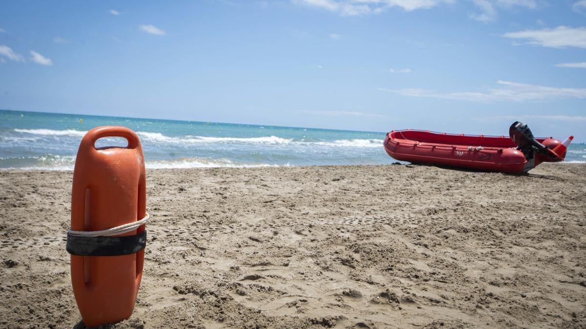 Lancha de rescate en la playa de Canet.
