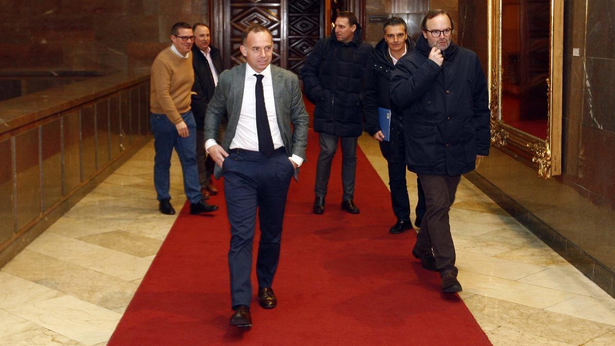 El presidente del Real Zaragoza, Christian Lapetra, y el vicepresidente, Fernando Sainz de Varanda, en una visita al ayuntamiento.