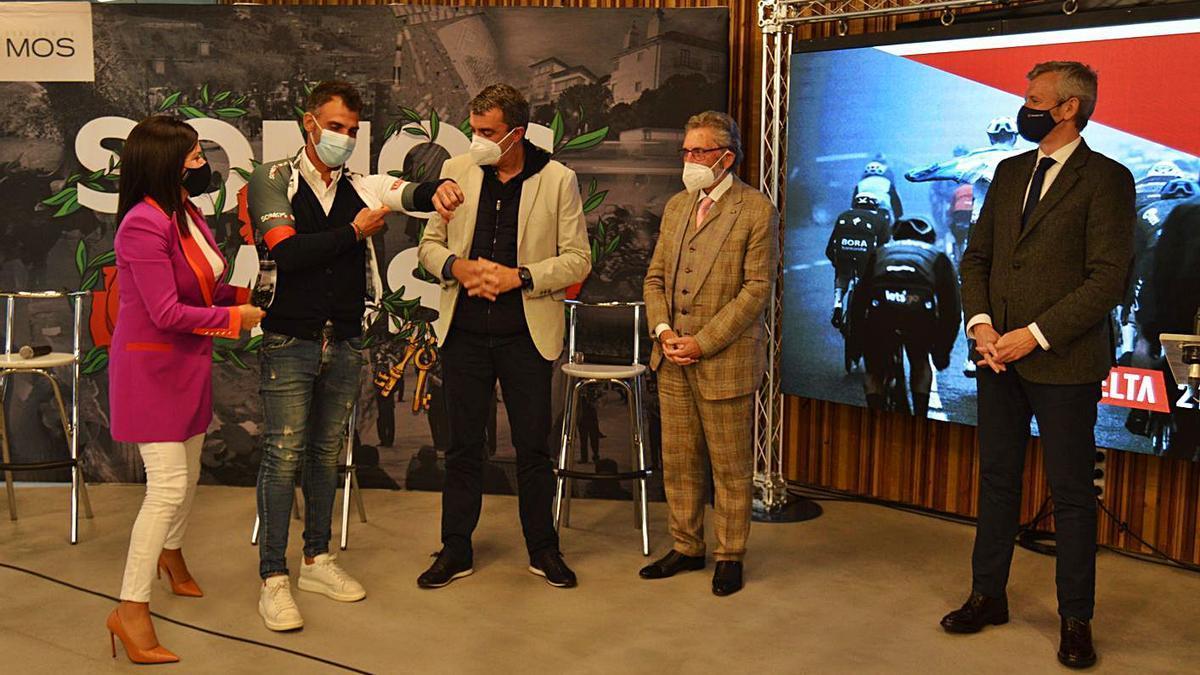 Na presentación oficial do percorrido tamén se amosou  o maillot deseñado exclusivamente para o evento.     // FDV