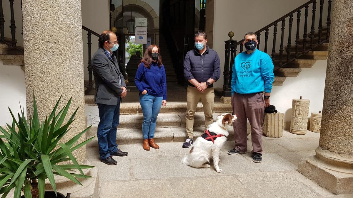Representantes del refugio Turgalium, Asemtru y Atrubares con la concejala Manuela Ortega, en el ayuntamiento.