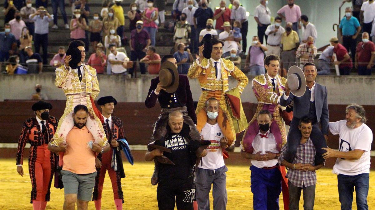 El rejoneador, los 3 matadores y el mayoral de la ganadería de Iniesta, a hombros.