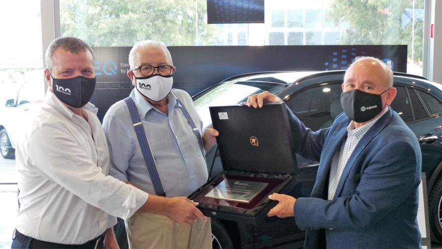 ASIMA entrega placas conmemorativas a las empresas asociadas que celebran su 50 y 100 aniversario