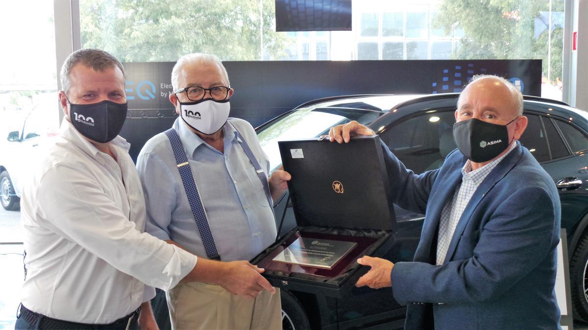 Entrega de la placa conmemorativa a la empresa Autovidal por su centenario