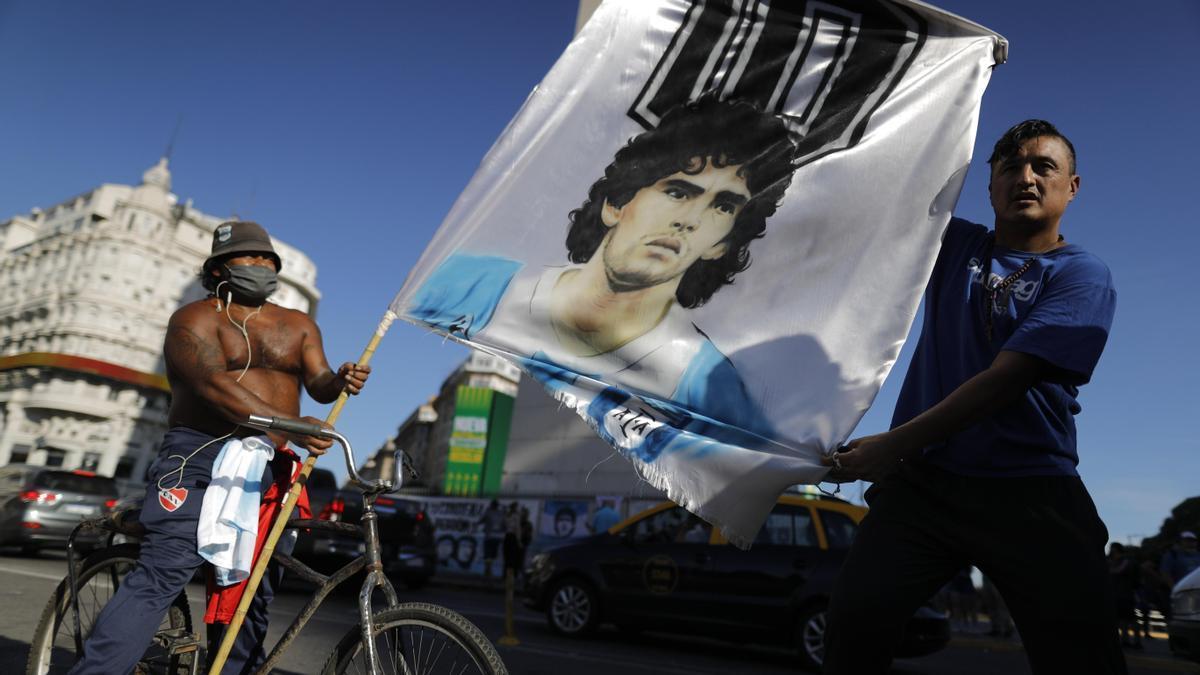 Aficionados argentinos rinden homenaje a Maradona
