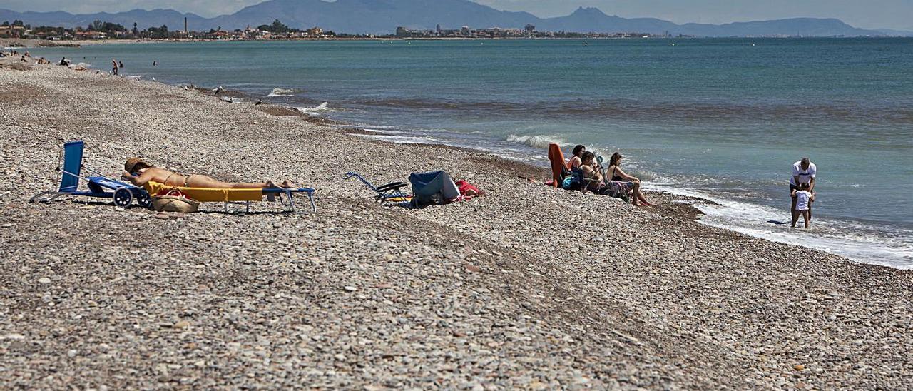 La SAG comienza a allanar las costas de las playas al norte de Sagunt | DANIEL TORTAJADA