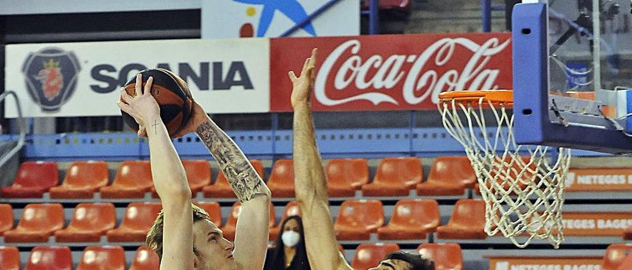 El pívot Olek Balcerowski, en el aire frente a un jugador del Manresa, el domingo.
