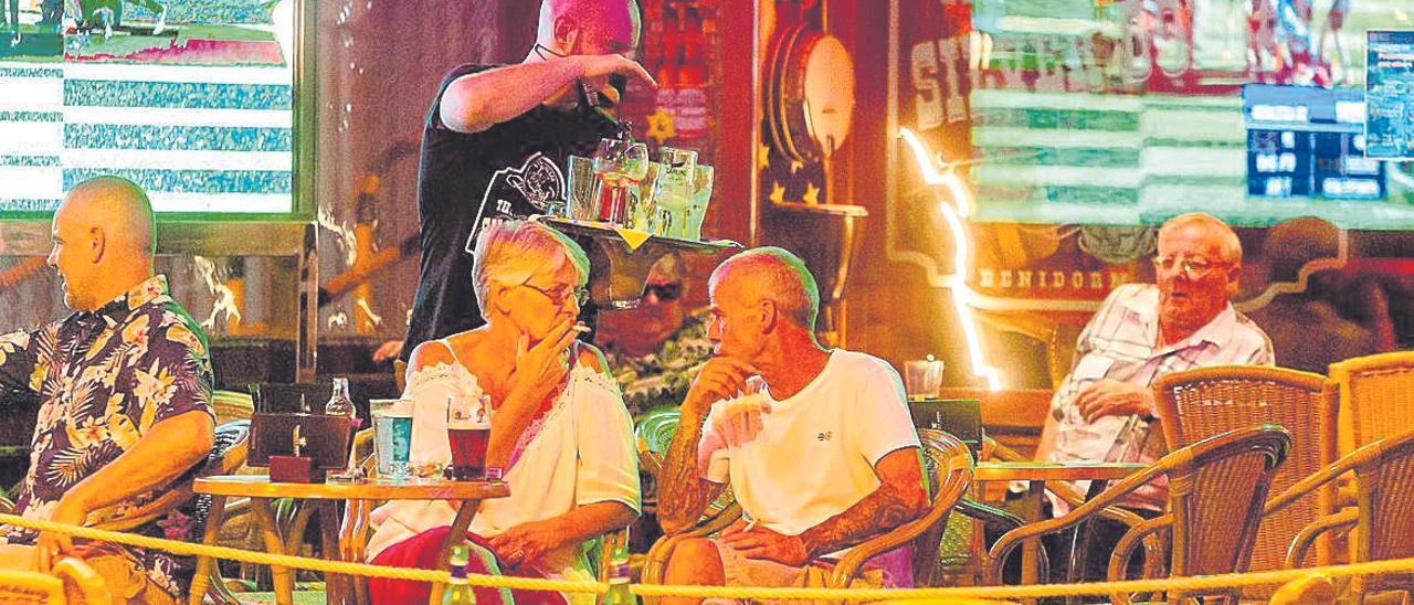 Turistas británicos en la terraza de un pub de Benidorm anoche. El ambiente es mínimo. DAVID REVENGA