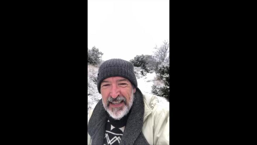 El actor Ginés Garcia Millán presume de un Puerto Lumbreras cubierto de blanco para felicitar el año nuevo