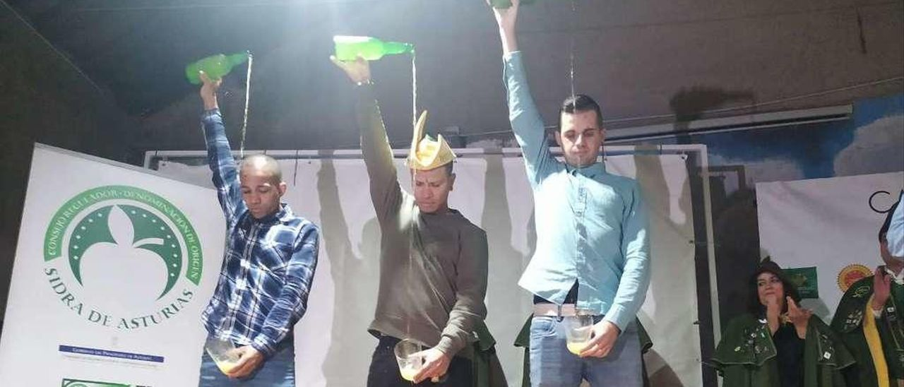 Brindis de honor de los campeones, ayer, en Nava: Wilkin Aquiles, Jeison Franco y Jonathan Trabanco.