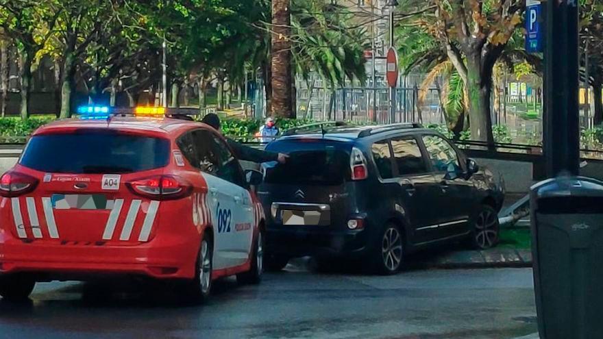 Un conductor embiste una de las isletas ajardinadas del Paseo de Begoña