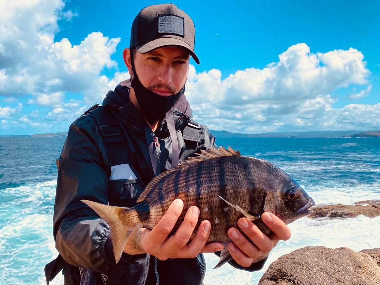 Tarci, con un sargo pescado en A Coruña