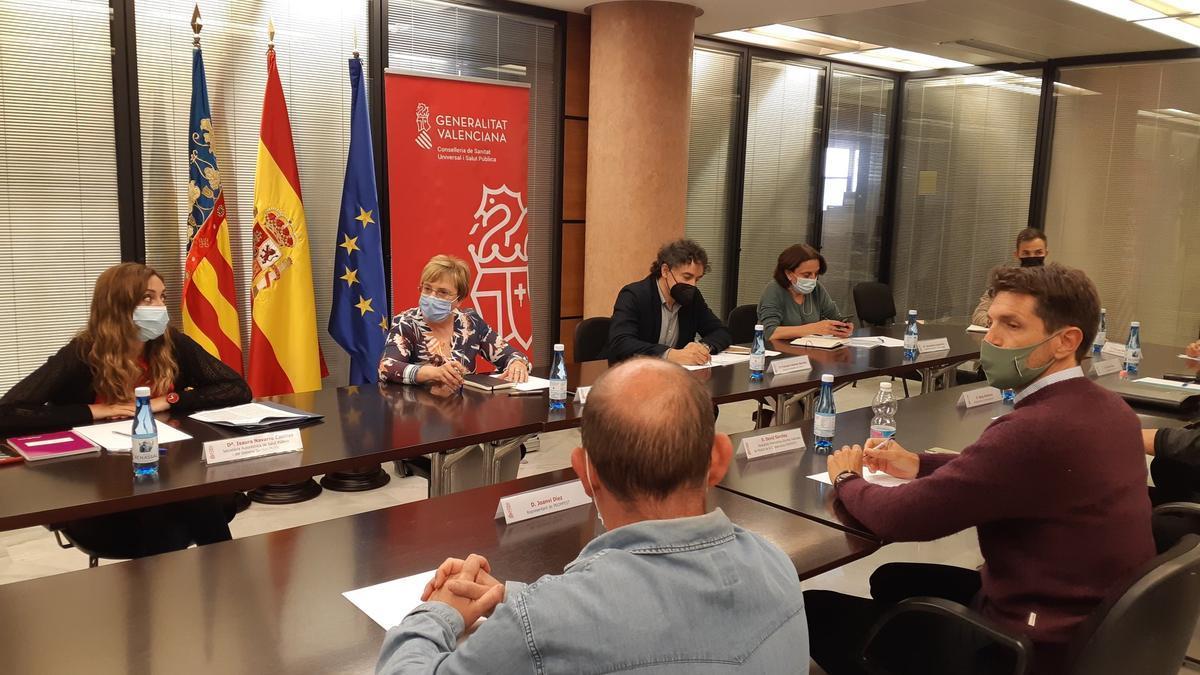 Ana Barceló, Francesc Colomer e Isaura Navarro junto a los promotores de la C. Valenciana.