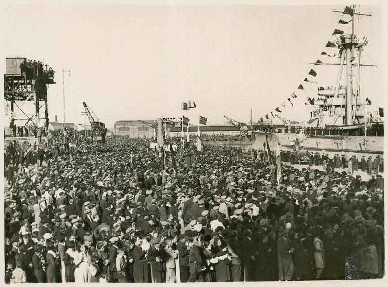 08 Le multitud, a la llegada del acorazado Jaime I.jpg