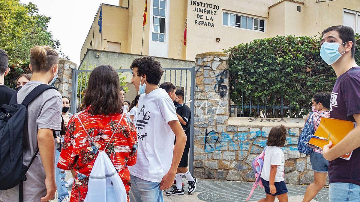 Alumnos del IES Jiménez de la Espada de Cartagena, uno de los municipios en los que ayer arrancó el curso en ESO y Bachiller. | IVÁN URQUÍZAR