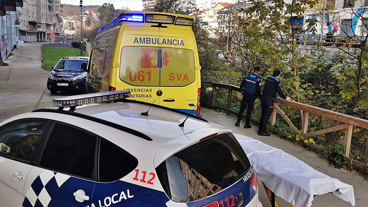 Ambulancia, Policía Local y Policía Nacional, en el lugar donde se cayó la mujer.     // FDV