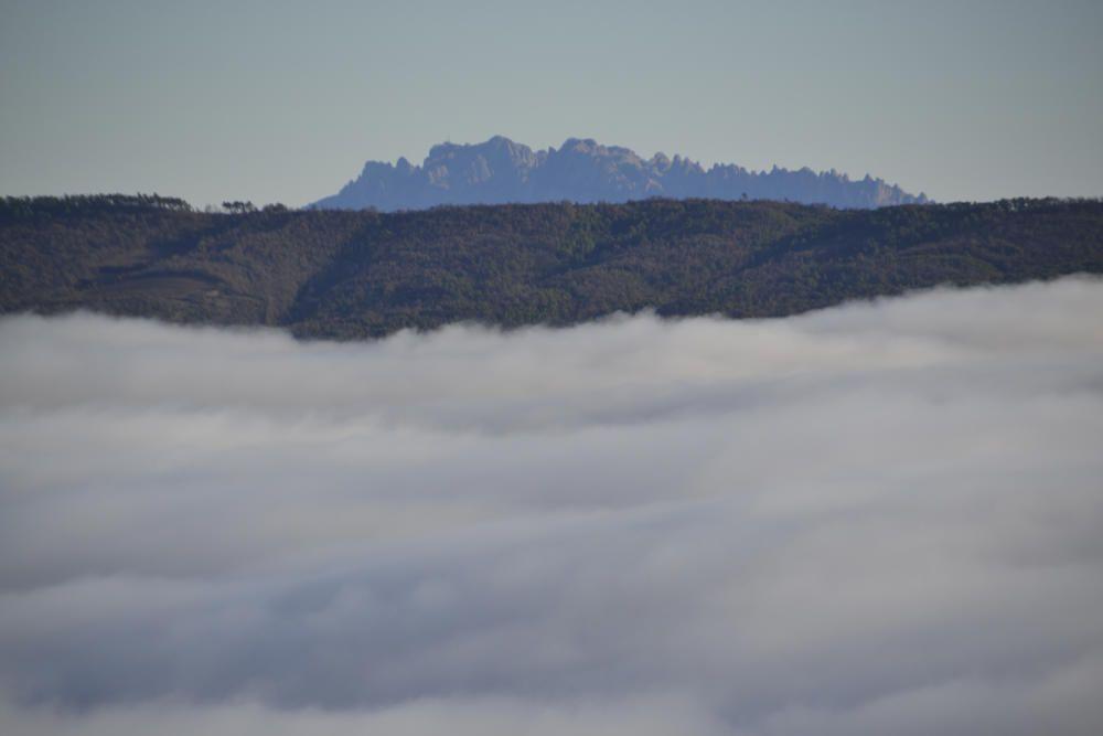 La segarresa. Aquests dies, la boira coneguda com la segarresa es canalitza per la vall de Vallmanya i ofereix aquesta singular imatge, amb la muntaya de Montserrat al fons.