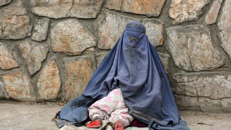 """El grito desesperado de las mujeres en Afganistán: """"Los talibanes están apostados delante de la puerta, no podemos salir"""""""
