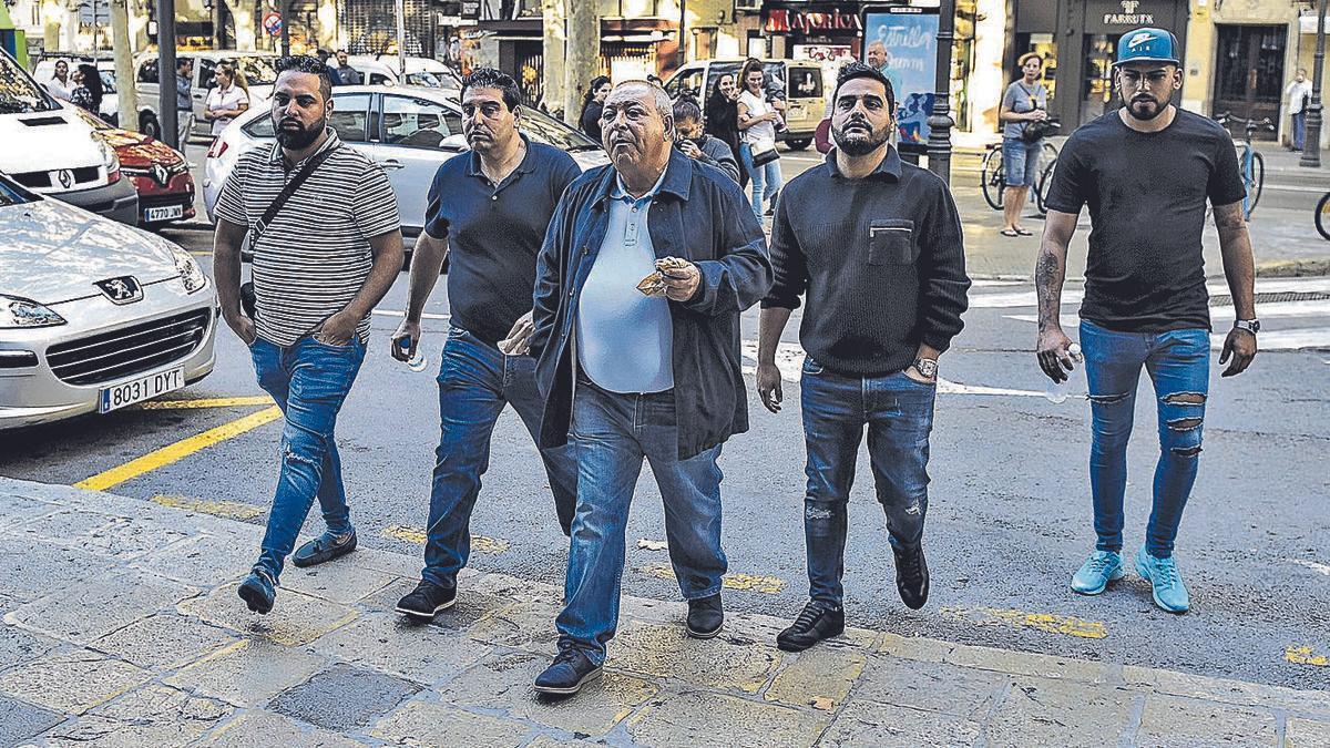 El Pablo  (Mi.) und Mitglieder seines Clans bei einem Gerichtstermin in Palma.