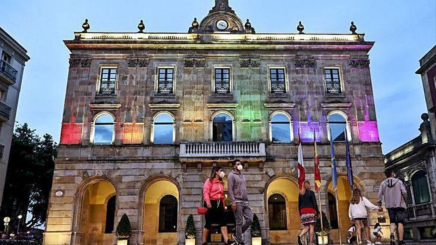 La iluminación municipal por el Orgullo se repetirá en otras conmemoraciones