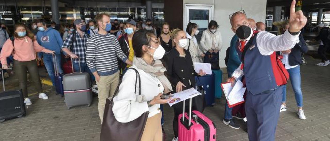 Los turistas holandeses esperando en una gran fila antes de entrar a las guaguas para trasladarse a su hotel. | | ANDRÉS CRUZ