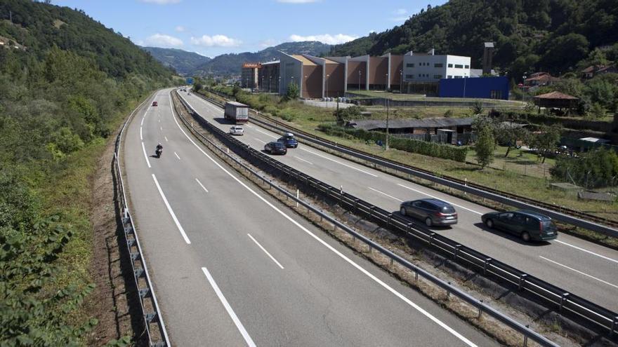 Retenciones kilométricas por una salida de vía en Mieres, con una herida leve