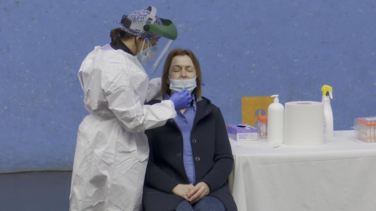 Una sanitaria realizando una prueba PRC a una paciente.