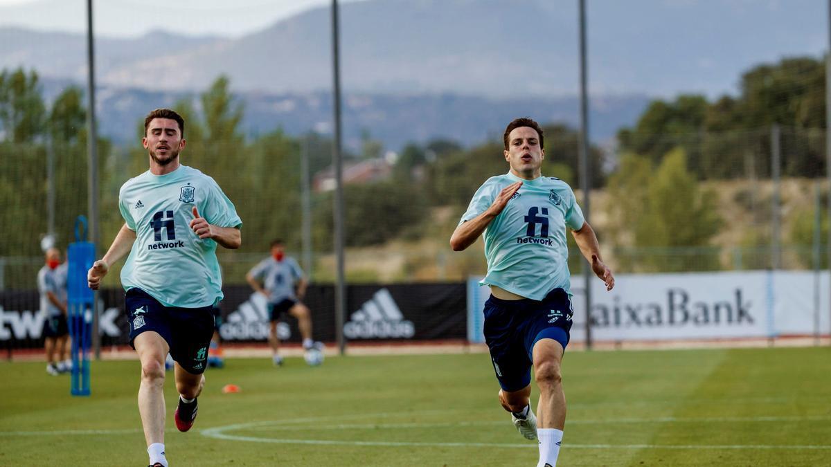 Los jugadores de la selección española Aymeric Laporte y César Azpilicueta