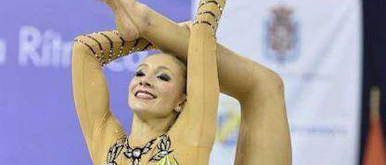 Yanira en una acrobática postura durante una competición nacional.